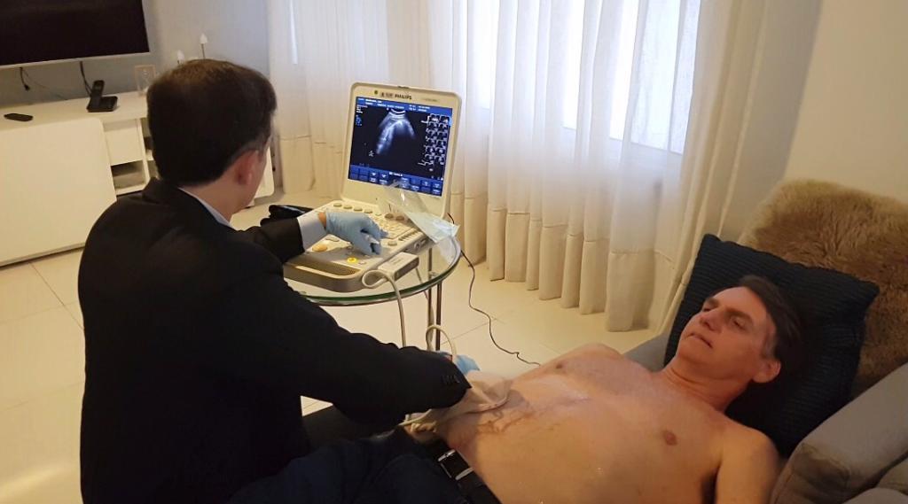 EXCLUSIVO: uma reportagem especial da #RecordTV sobre o tratamento de saúde de Jair Bolsonaro. O real estado clínico do candidato após duas cirurgias, exatos 45 dias atrás, com imagens inéditas. No ar hoje, às 21 horas, no #DomingoEspetacular