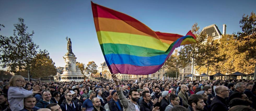 Paris: des centaines de manifestants pour dire 'stop aux LGBTphobies' https://t.co/XgUN4CUHOC