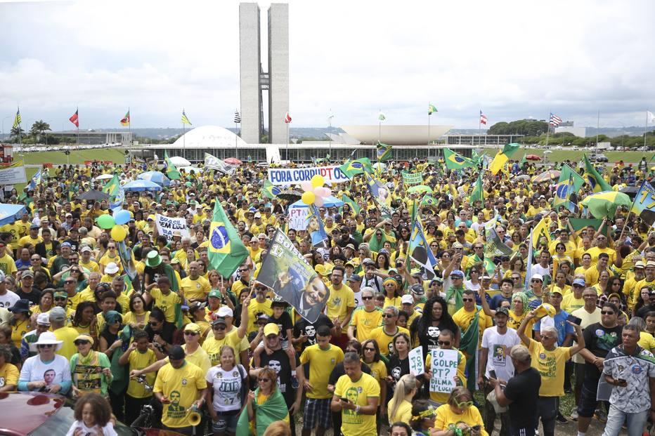 Apoiadores de Bolsonaro realizam atos em Brasília e diversas capitais https://t.co/O7Hpa8wqOD