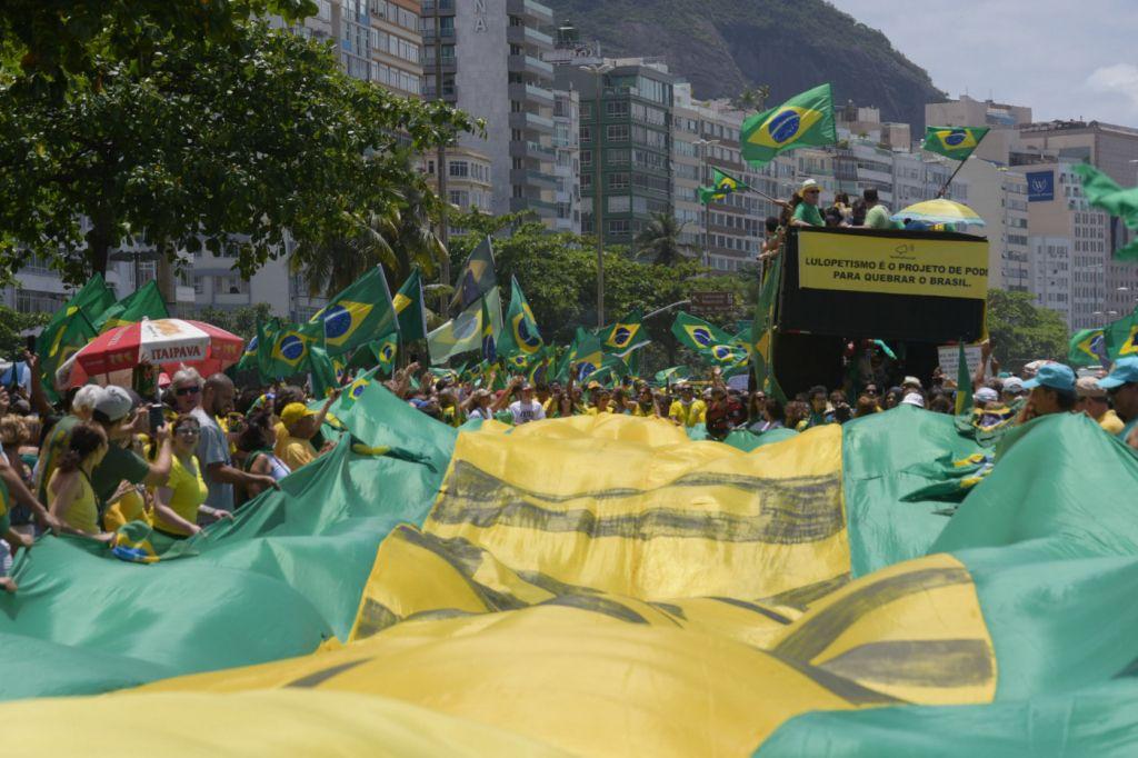 Com a #NasRuasComBolsonaro, internautas lotam as redes sociais com vídeos de atos a favor de Bolsonaro  https://t.co/qhYr9sycFY