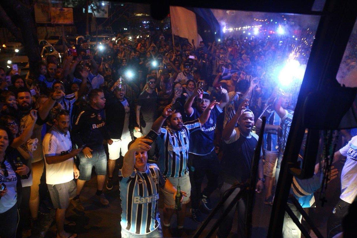 Grêmio embarca com festa antes de duelo com o River Plate, pela Libertadores https://t.co/b5tXwoIAMR