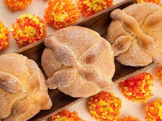 Contrario a lo que de cree, el pan de muerto tiene su origen en Europa y no en el México prehispánico.Toma su forma de los dulces y panes que buscaban emular los huesos y cráneos, a manera de reliquias, de los santos católicos europeos.Entre los nahuas ni siquiera había trigo #RT