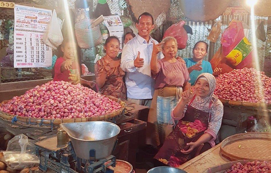 Hari ini berkunjung ke Pasar Legi,Solo. Seperti biasa mereka adalah para teman-teman saya. Jalin silahturahmi itu mendekatkan rezeki dan persaudaraan. . . . #pasarlegisolo #calegdapil5jateng #calonlegislatif #calegdprri #dpr #partaigerindra #calegbaru #gerindraindonesia pic.twitter.com/KEJMYpCj50