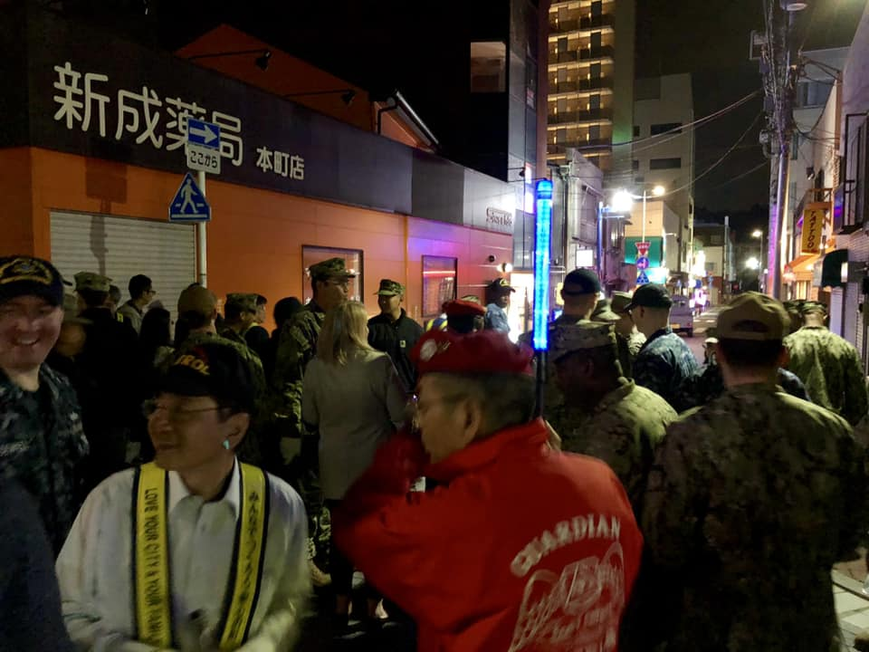 こんにちは♪ 先週の金曜日は、毎月恒例の本町パトロール(2230-2400)を実施しました。海軍兵のボランティアが地域の日本人と街角清掃をしながら、意思疎通をはかる良い機会でもあります。最後は参加者一人一人が感想を述べて終了します。#米海軍横須賀基地 #横須賀 #本町パトロール
