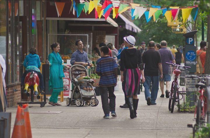 「人種のるつぼ」としてのアメリカを見つめ直す、『ニューヨーク、ジャクソンハイツへようこそ』|大場正明| ──167カ国語が話されている街… https://t.co/AXO61WuIn2 #映画 #多様性