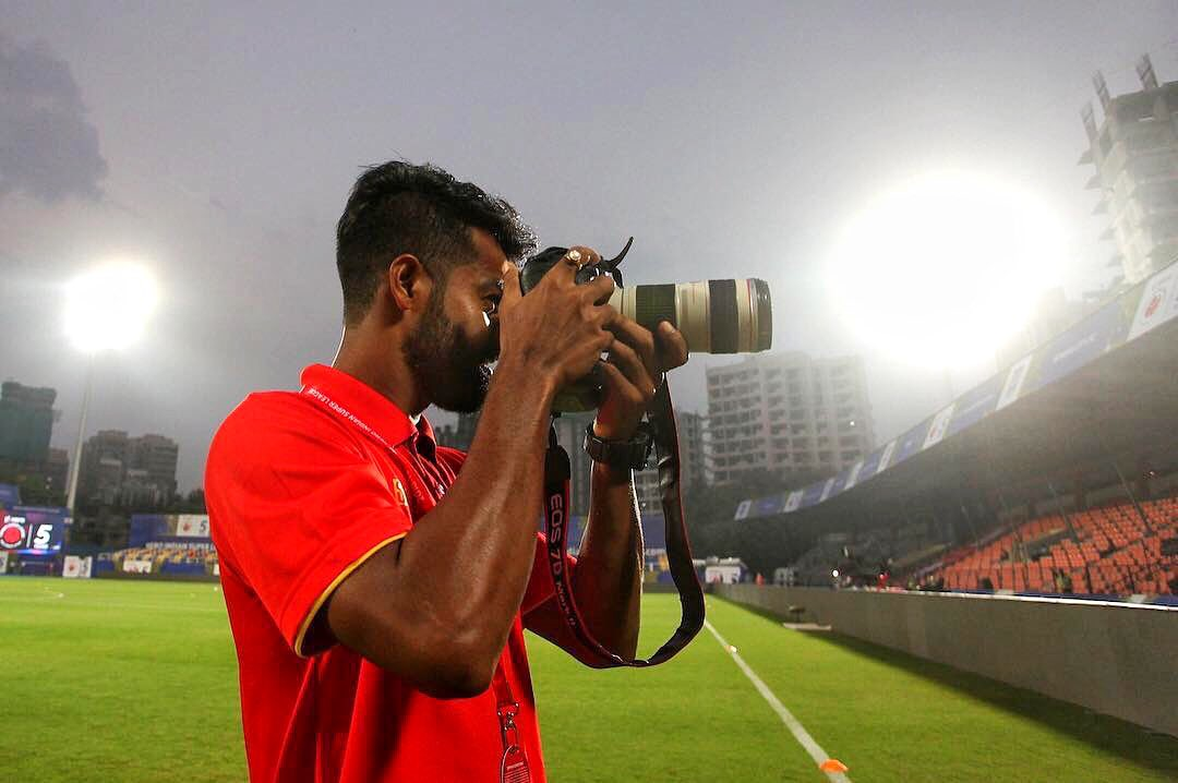 Be it ⚽ or 📸, @14mdrafique does it with ease. 😎 #ApunKaTeam