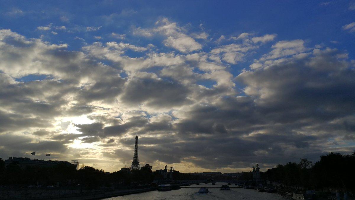 #instantané lentement les nuages s'éloignent pour laisser place au bleu du ciel #paris 📷🇫🇷