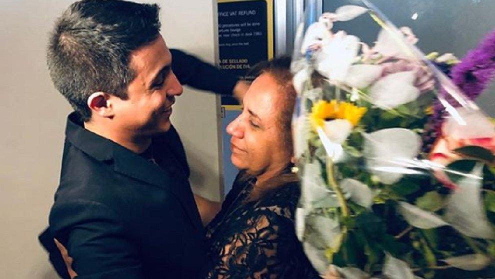 ¡Un abrazo en libertad! El expreso político venezolano, Lorent Saleh, se reencontró con su madre y novia luego de cuatro años detenidos en El Helicoide #22Oct https://t.co/YAEnwfV1N6