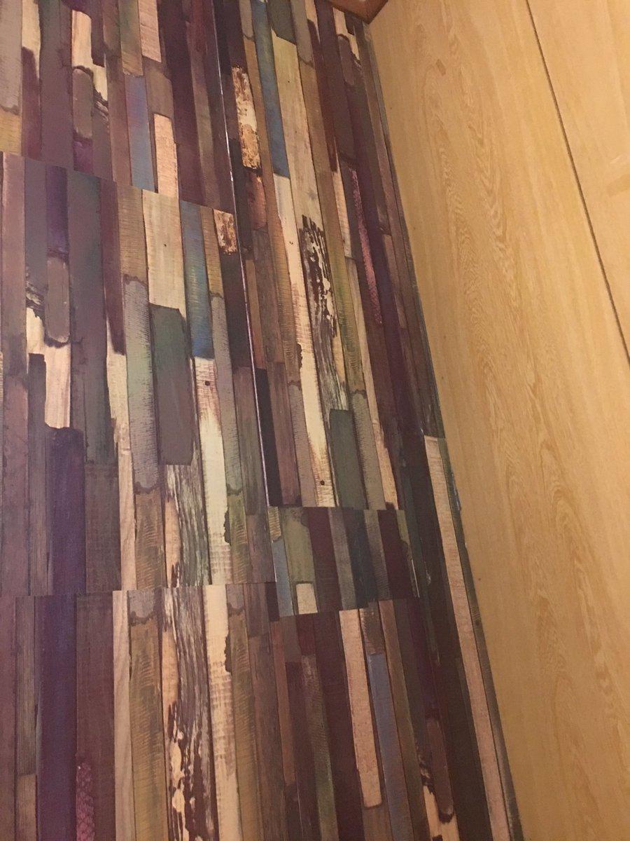 test ツイッターメディア - キャンドゥのリサイクルウッド柄の壁紙シール青・茶色系で好みだけどすこし主張の強い壁になった #キャンドゥ #100円均一 https://t.co/7OOYcHrt9Y