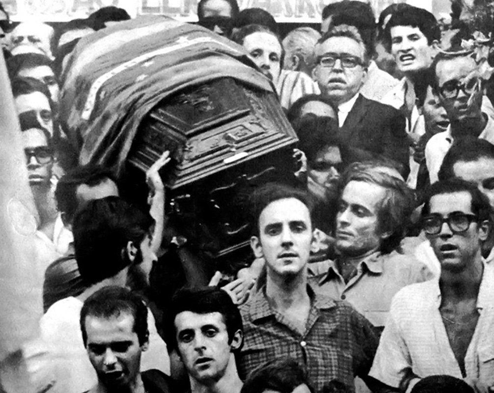 Um tenente da Polícia Militar mata o estudante secundarista Edson Luís de Lima Souto, de 17 anos, em 1968. O crime foi cometido durante invasão policial ao restaurante estudantil Calabouço, no Rio, onde estudantes protestavam contra a má qualidade da comida. #DitaduraNão
