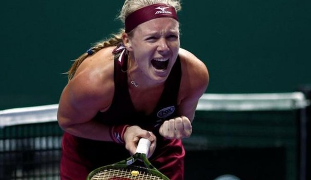Kiki Bertens shocked Angelique Kerber at the WTA Finals after a deciding set that included seven breaks of serve: bbc.in/2S9g4j9