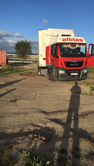 Aan de Poelkade in 's-Gravenzande strandde vanmiddag deze vrachtwagen. Foto Rob van Leeuwen https://t.co/GDFzLRn80n