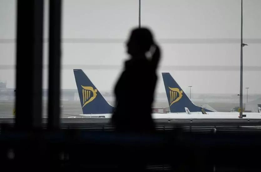 Budget airline Ryanair is facing criticism after a video posted online appeared to show crew members failing to remove a passenger who launched a racist tirade against a fellow traveler. https://t.co/CWElTBrRJi