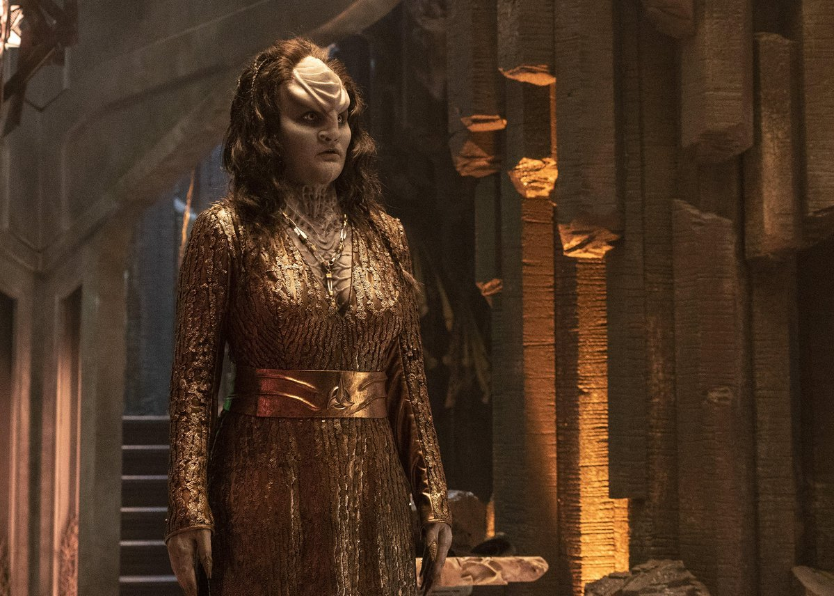 Chancellor LRell (@marythechief) has a manicure matching her royal gown. Shiny. #StarTrekDiscovery
