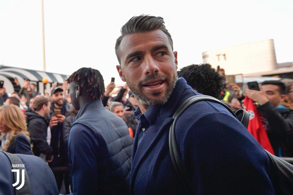 La gallery del viaggio dei bianconeri! 🇮🇹✈️🇬🇧 https://t.co/dKiA9iHmRI #MUFCJuve #UCL