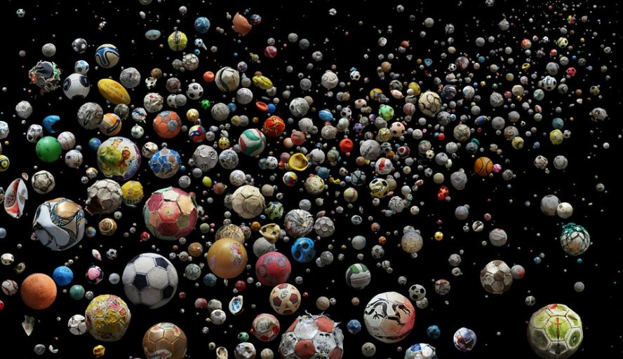 992 footballs, 144 beaches and 41 different islands and countries. An artist is using washed-up footballs to highlight plastic waste: bbc.in/2q0BlyJ