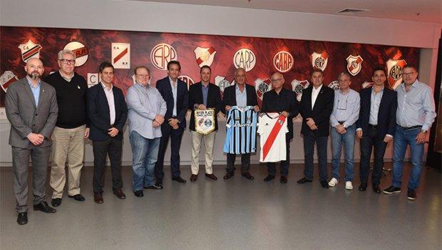 Nesta segunda-feira, a direção foi recepcionada pelos representantes do River Plate no estádio Monumental de Nuñez, para o tradicional almoço entre os membros dos clubes na Libertadores: https://t.co/zKmxR4BvFx 🇦🇷💪🏽⚽🇪🇪🏆 #Libertadores2018 #DonosDaAmérica #TudoPeloTetra #RIVxGRE