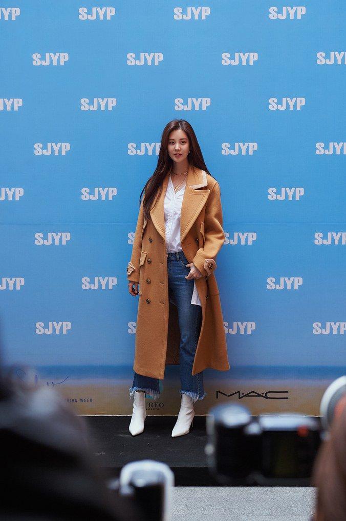 .@GirlsGeneration's #Seohyun explains how she achieves the perfect selfie, plus more: https://t.co/MwwhnFvYYl