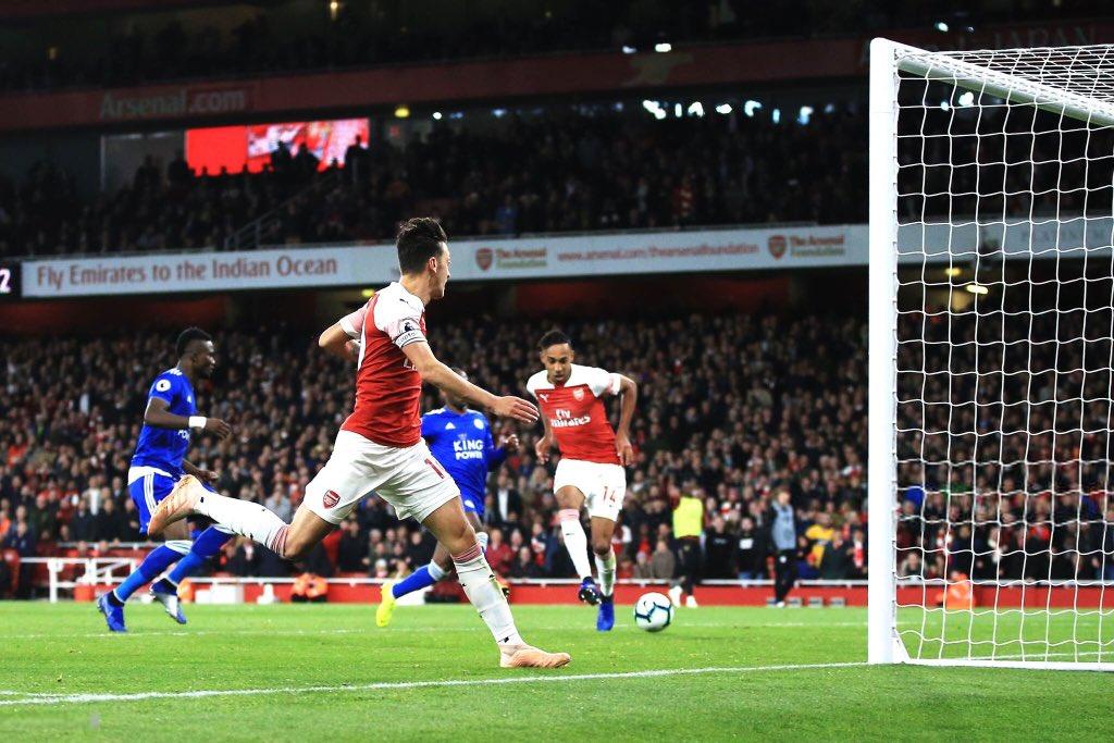 Arsenal's third goal against Leicester: Leno ➡️ Holding ➡️ Xhaka ➡️ Torreira ➡️ Özil ➡️ Guendouzi ➡️ Bellerín ➡️ Lacazette ➡️ Özil ➡️ Aubameyang ⚽️ #afc