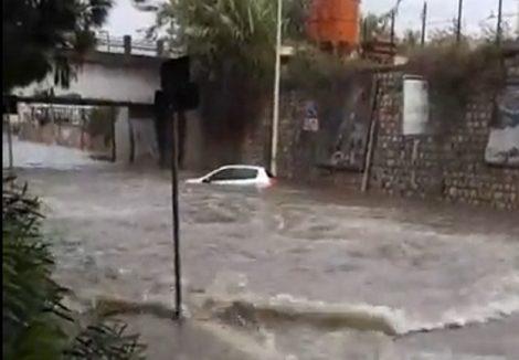 Coppia bloccata nel sottopasso nell'auto sommersa dall'acqua, salvata da due passanti - https://t.co/dtRlEuuVD7 #blogsicilianotizie
