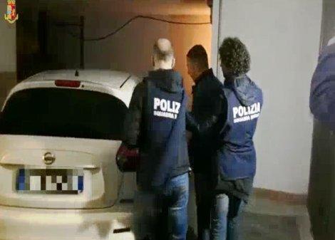 Kalashnikov e tritolo nel muro di casa, arsenale scoperto a Librino - https://t.co/q7EgQHHQBG #blogsicilianotizie