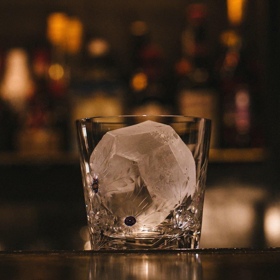 重厚感のあるどっしりとしたグラスに大きくきれいにカットされた氷を1つ。 そのグラスの中にそそがれるのは?  #ザグレンリベットオンザロック https://t.co/euXkT36Rev