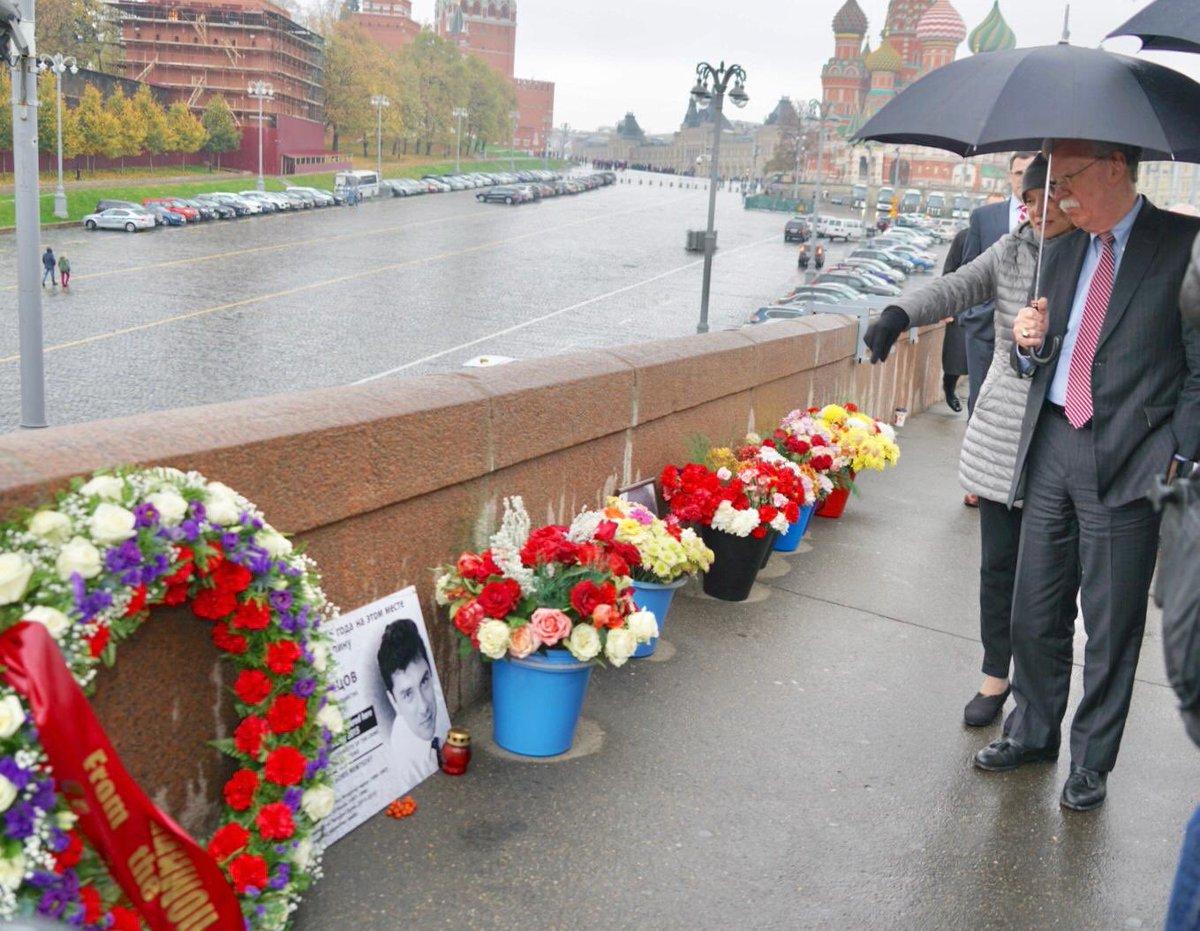 Борис Немцов пытался сделать Россию более свободной и процветающей и как политический деятель, и как лидер российского демократического движения. Память о нем продолжает вдохновлять людей. @AmbJohnBolton возложил венок в память о Борисе Немцове на месте, где был убит политик.