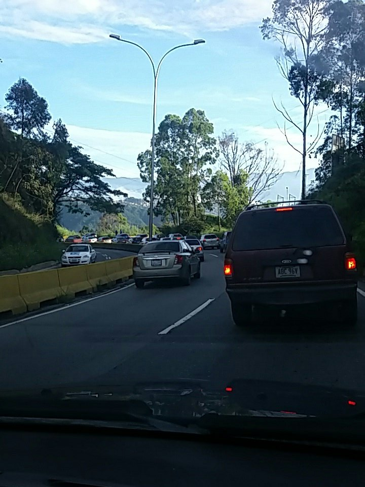 via @RAGP05 #PNM Cola desde km 8 via Caracas. 7:32am am https://t.co/9Ls5SHfoJO