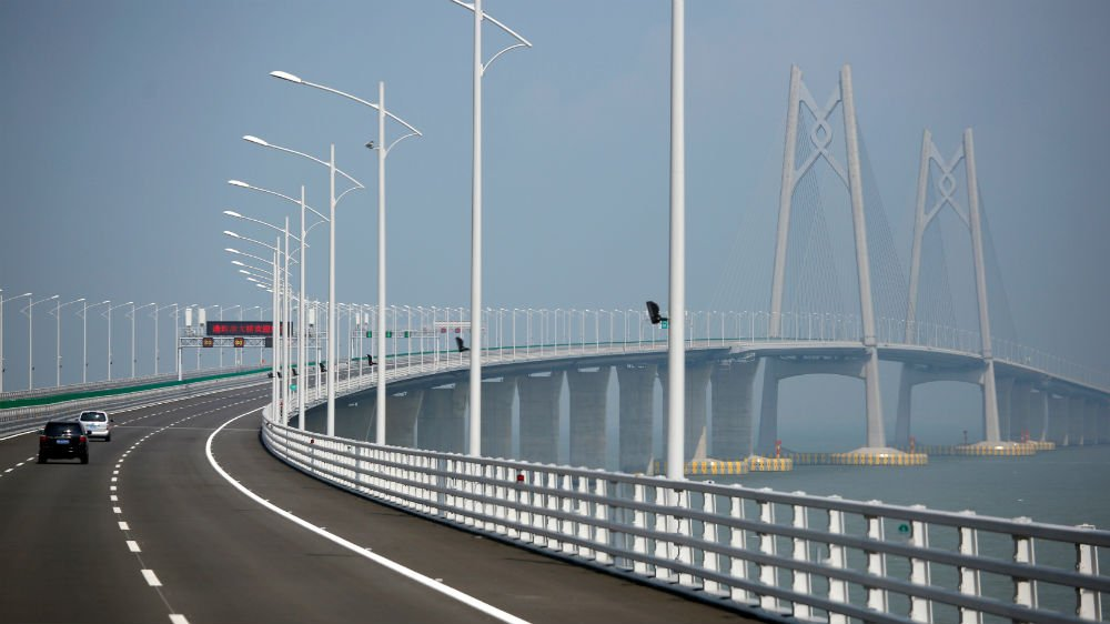 China has opened the world's longest sea crossing — the Hong Kong-Zhuhai-Macau bridge https://t.co/BnGqRsWqOC