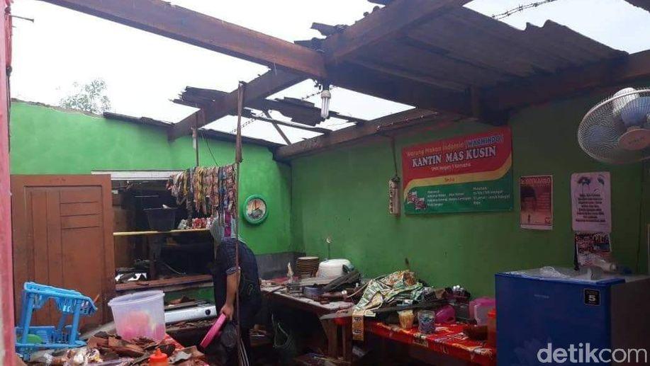 Angin Kencang Rusak Rumah Warga dan Sekolah di Brebes https://t.co/sNgiQo4Y20 https://t.co/dn2ab5cdFI