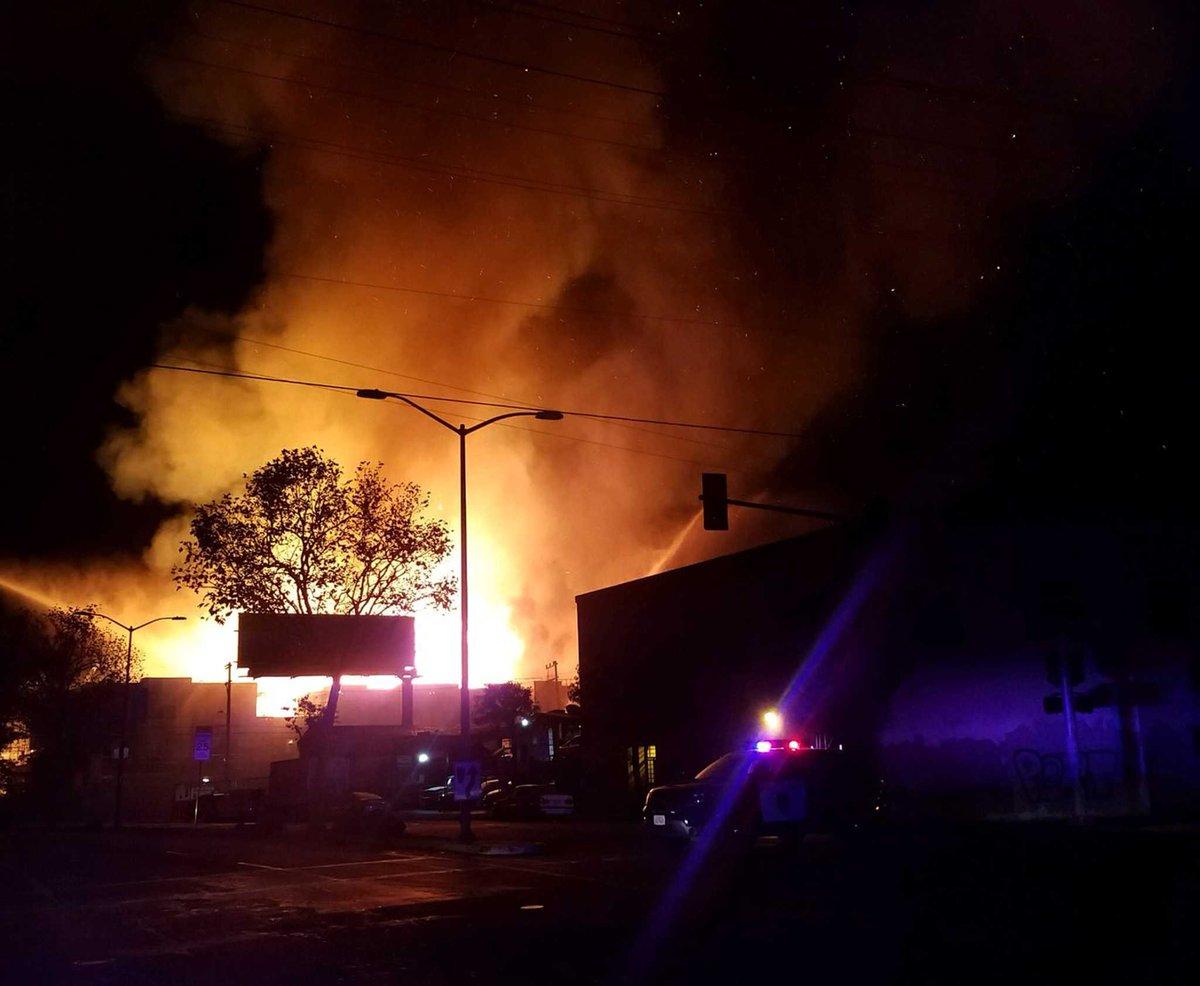 Fire engulfs Oakland apartment complex under construction https://t.co/exJRt1hSCR