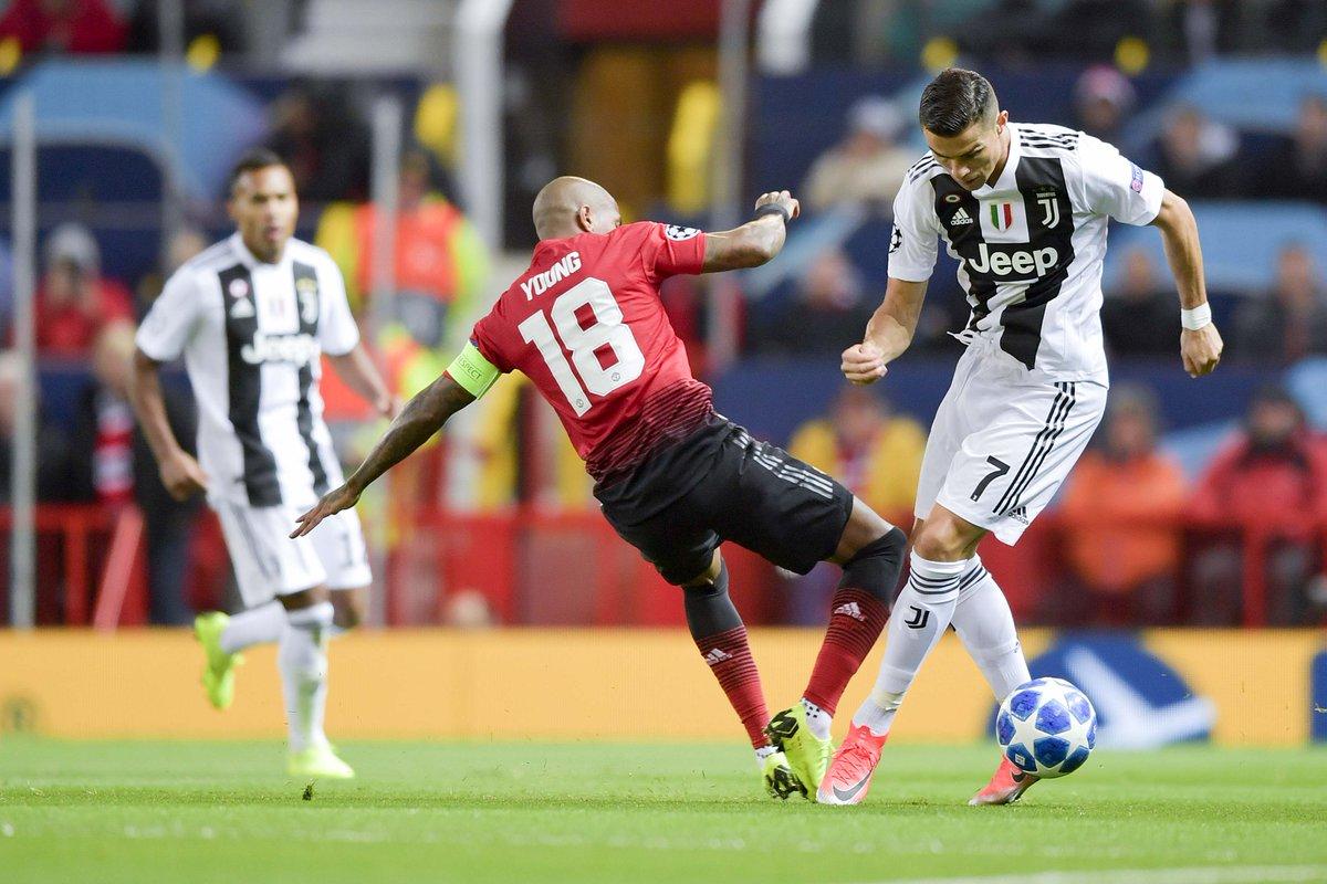 Ashley Young y Cristiano Ronaldo en disputa del balón