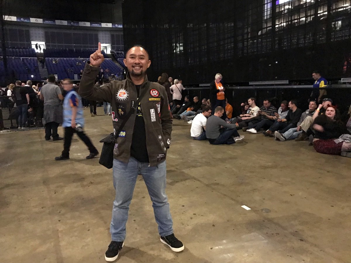 O2, finally after long queue. Gettin' ready for @U2 #u2eitour2018 London day 1.