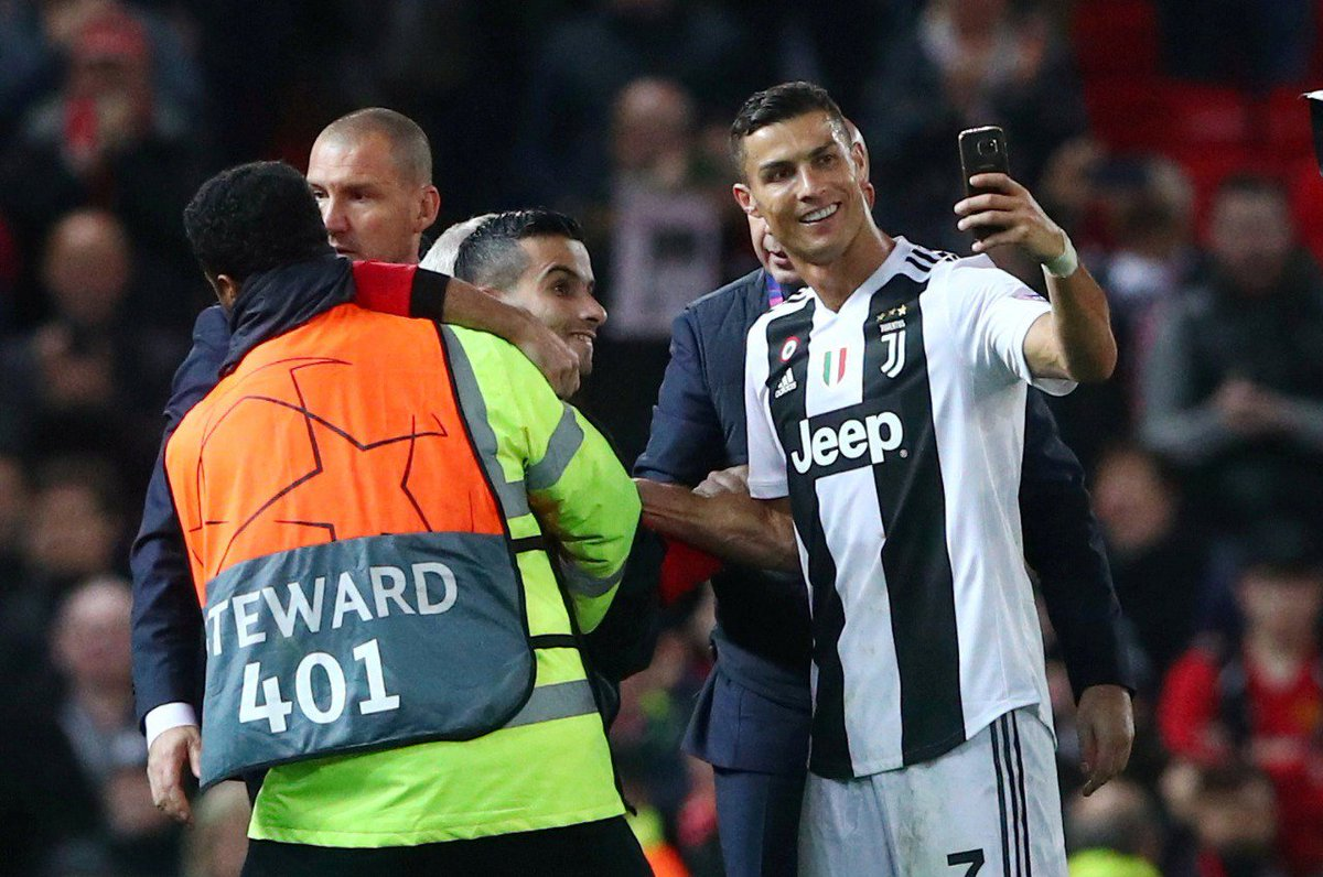 👏 IDOLATRIA E HUMILDADE!  Ídolo do @ManUtd, Cristiano Ronaldo não perdeu o carinho dos fãs ingleses! E em belo gesto, tirou essa selfie com um torcedor que 'invadiu' o gramado do Old Trafford!