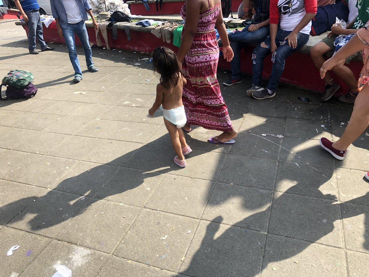 Estos inmigrantes necesitan ayuda urgente del gobierno de @EPN Hay muchos niños y enfermos. No hay que esperar algo más grave. El sol y el calor es brutal. Urgen autobuses para sacarlos de aquí.