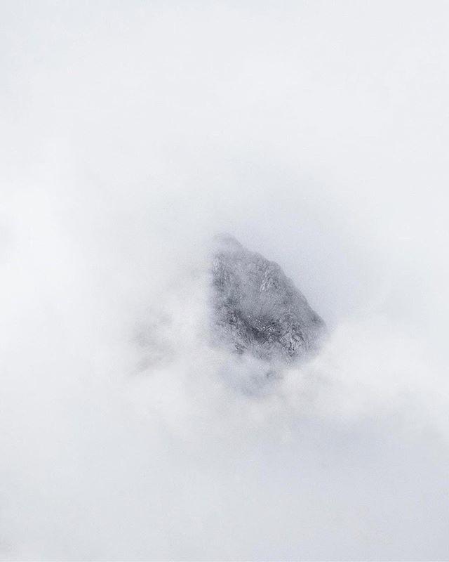 """Peak-a-boo"", captured by @laetitiamodine — #mindtheminimal #artoffaith https://ift.tt/2EHgHhd"