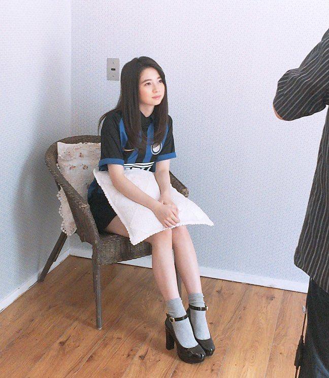 椅子に座る桜田ひより