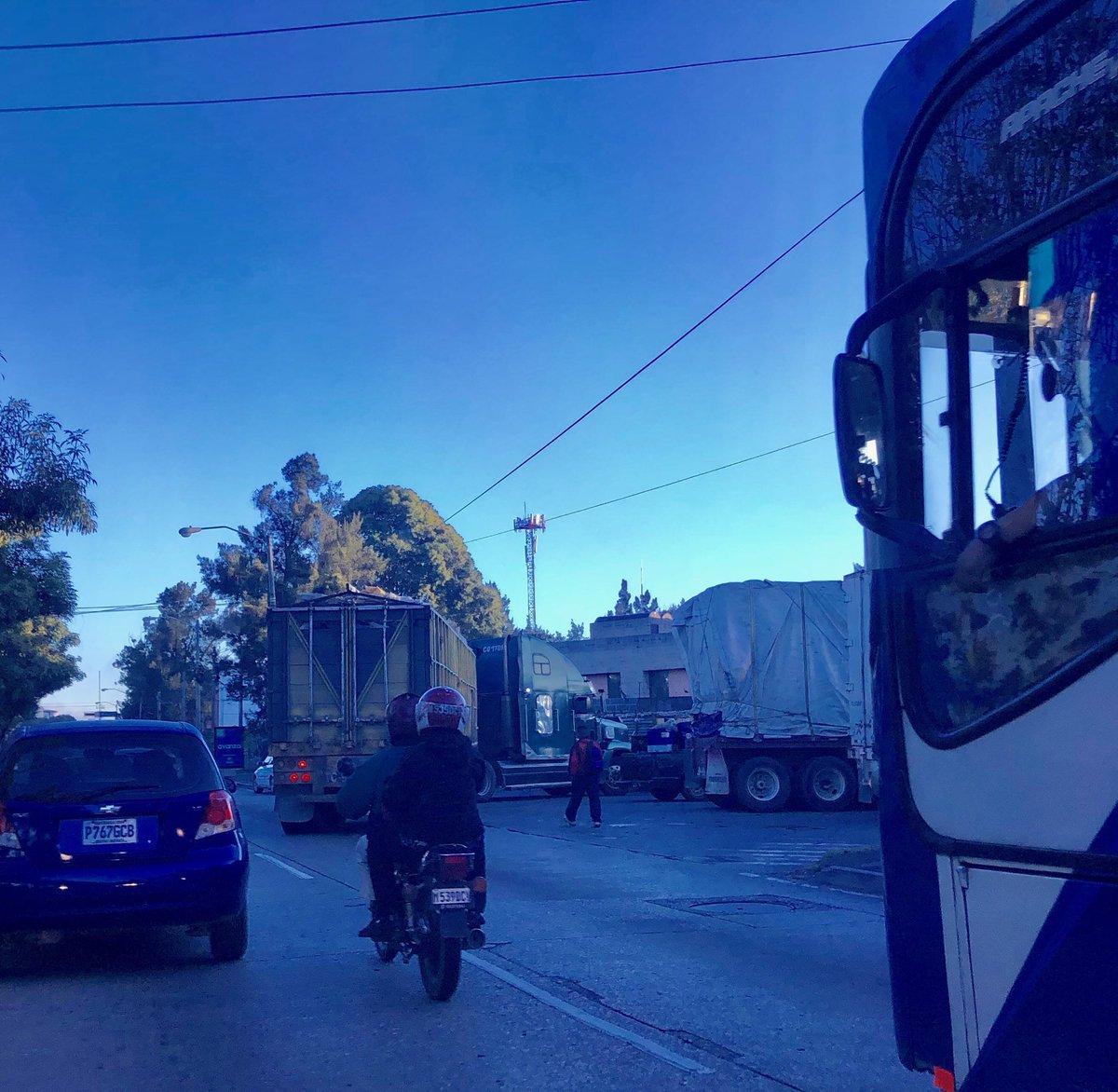 El @traficogt de hoy en la Petapa con dirección al norte es cortesía del transporte pesado que quiere ingresar a Grupo Vical. @amilcarmontejo @CiudadPmt
