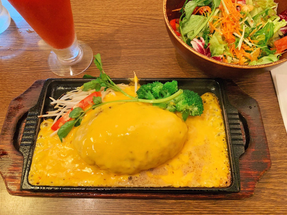 【数寄屋バーグ】 @東京:銀座駅から徒歩1分  鉄板全体にチーズが広がるチーズフォンデュハンバーグを食べられるお店。 A5~A4ランクの厳選された特選和牛を中心とした、こだわりのあるハンバーグを堪能できます! 口に入れると肉汁が口いっぱいに溢れて、濃厚なチーズの味わいが広がります✨