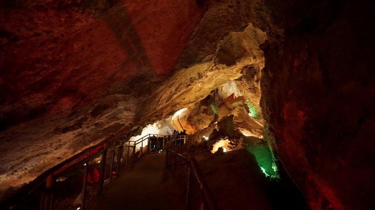 Personas recorriendo las grutas de Coyame en Chihuahua