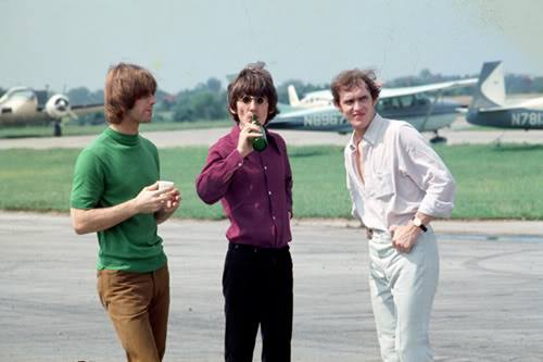 @The_Cyrkle Been debating who the person on the left is in this photo.  Some say it's your guitarist Tom Dawes, others say it's The Remains keyboardist Bill Briggs.  So who's right? Person on the right is Neil Aspinall.  August 21, 1966 Beatles Tour, Cincinnati Lunken Airport. https://t.co/lZ17vBvoCJ