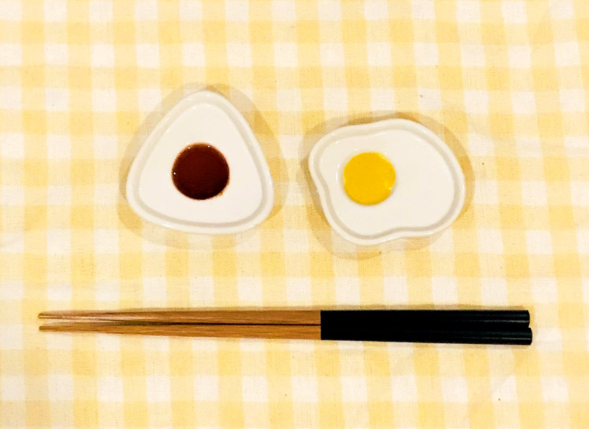 test ツイッターメディア - 調味料をたらすと…見えてくるモチーフ♪  #キャンドゥ #100均 #醤油皿 #PAKUPAKUごはん #目玉焼き #おにぎり #しょうゆ #からし #和食 #和モチーフ https://t.co/2O8JR3d9lH
