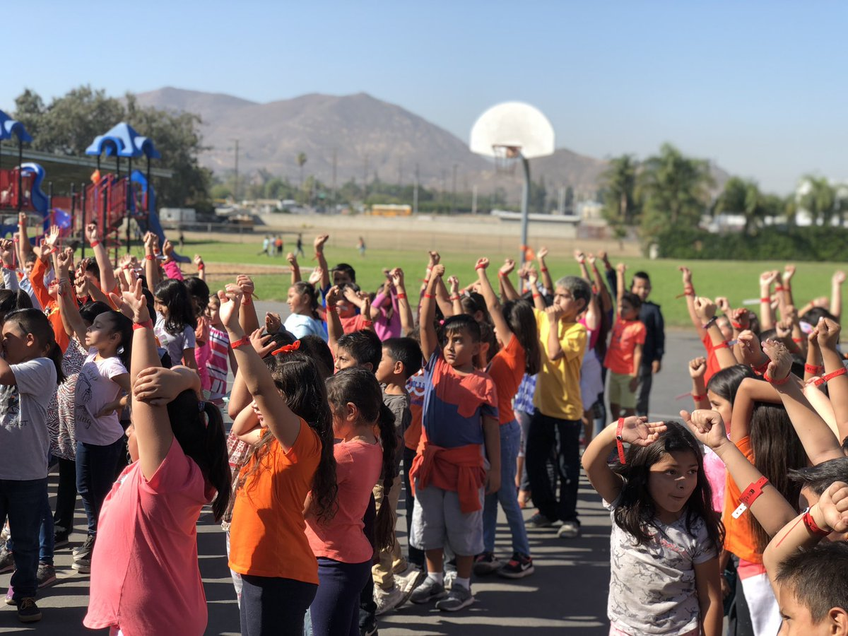 #CrestmoreCougars wearing orange for #UnityDay2018 for kindness, inclusion and acceptance  They also made a pledge to not only be KIND but to be drug free. #CrestmorePRIDE #RedRibbonWeek #KindnessBus #BeAFriendNotABully pic.twitter.com/AyVx239E2W