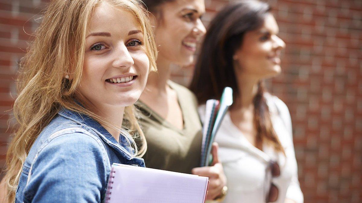 девушки студентки с выездом девушка предстает