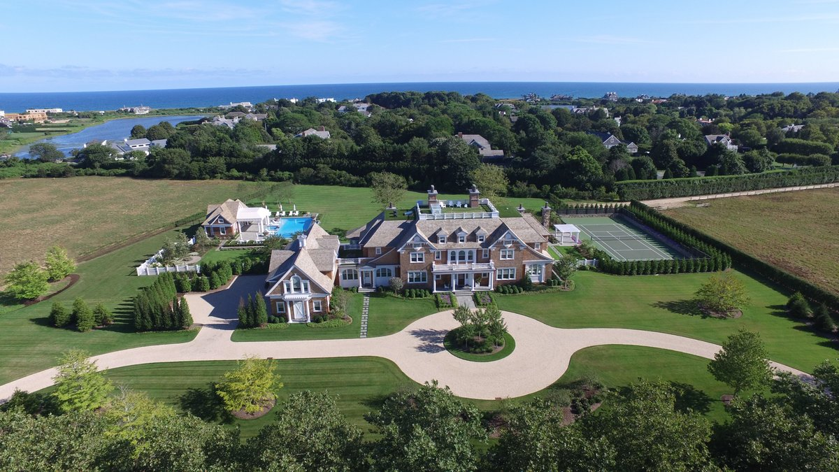 9 Olde Towne Lane is a 10 bed, 3.5 bath luxurious Southampton home that offers a private theatre, gym, professional 2-lane bowling alley and a library. View more here -> https://t.co/VcpUUpIoXw #EllimanHamptons #OntheMarket  #Southampton https://t.co/fO654PKw1q