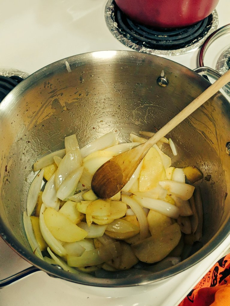 @Onekillapacman: Just caramelizing some onions and apple for a delicious butternut squash soup #foodie #soup https://t.co/mOXV1dCgOJ