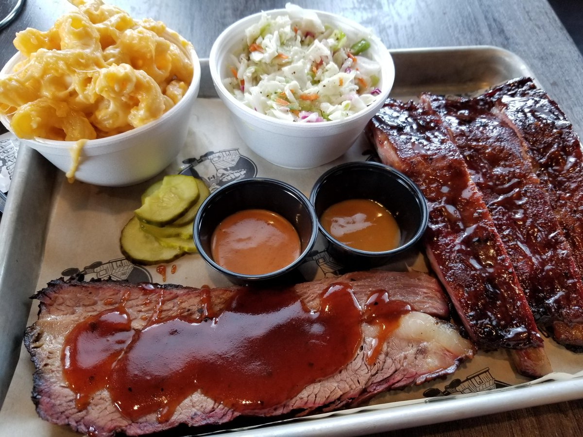 @FoodFantazy: Smoked ribs, brisket, cold slaw and some real cheesy noodles #food #foodporn #yummy #pizza https://t.co/YoiNJj3RSe