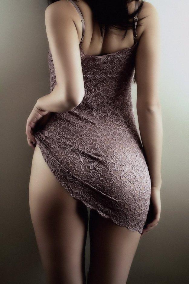 Брутальная дама в платье видно голую попу девахи явно