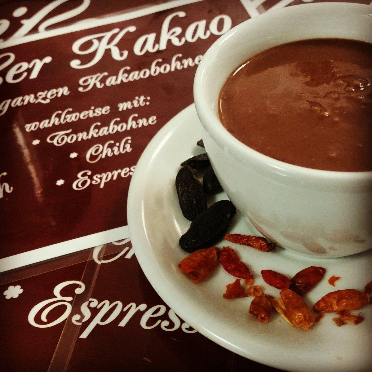 Unser sämiger #Kakao aus ganzen #Kakaobohnen benötigt zwei Tage um seinen intensiven #Geschmack zu entfalten. Leicht gesüßt mit #Agavendicksaft auch für herbe Kakaogenießer genau das richtige! #Vegan oder mit Milch und wahlweise mit verschiedenen #Gewürzen!  #Schokolade #Berlin