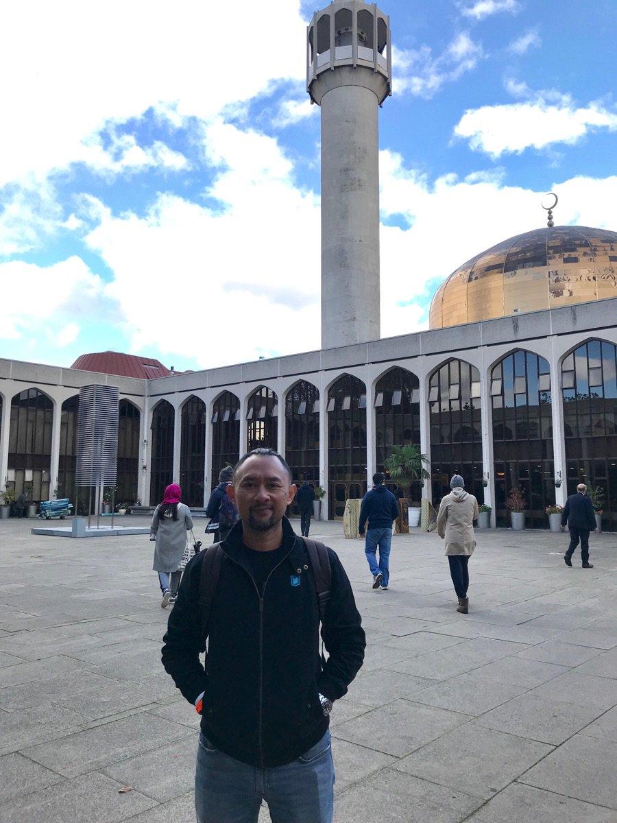 Sholat jumat tadi di London Central Mosque. Konser jalan, kewajiban diusahakan. Keseimbangan. #indoriya